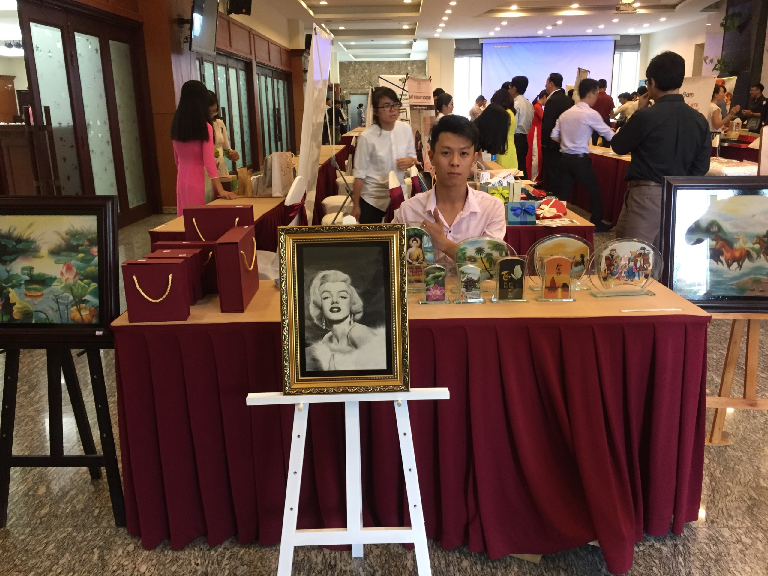 Gian hàng tranh cát Việt tham gia triển lãm lại chương trình