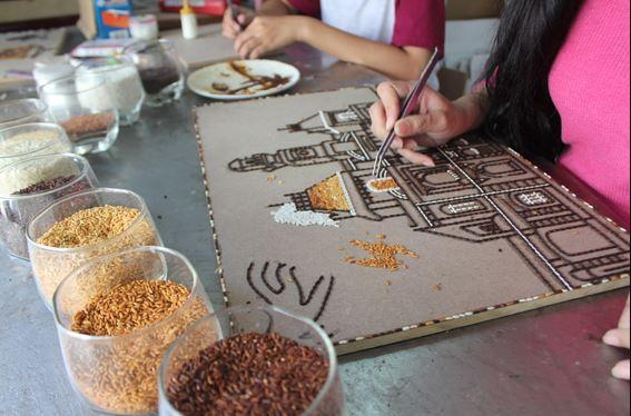 Quy trình làm tranh gạo đơn giản - để gạo vào bản phát thảo